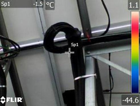 特定した不具合パネルをサーマルカメラで点検