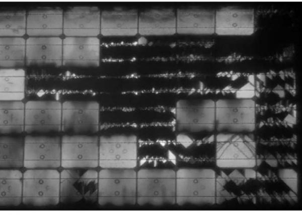 飛散したパネルをEL検査すると、中のセルがボロボロ