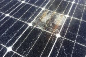 ガラス割れ(ひび割れ)しているソーラーパネル