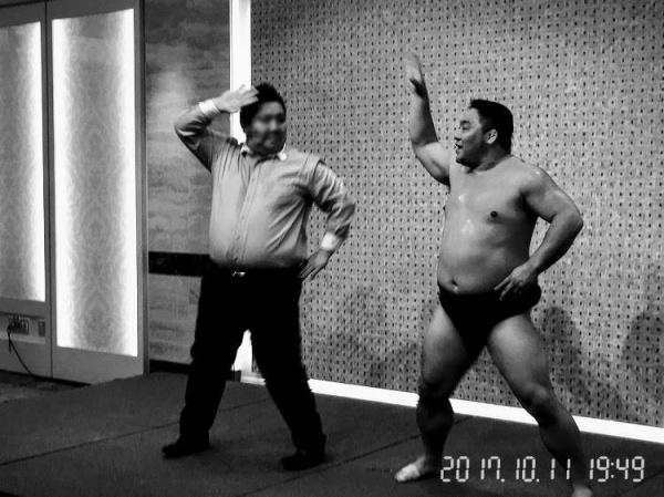 相撲芸人 あかつ とスモササイズを踊るKさん