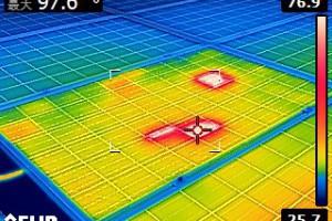 パネル上の異常発熱を示すサーモグラフィ画像
