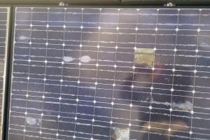 問題点が一目瞭然の剥離したソーラーパネル