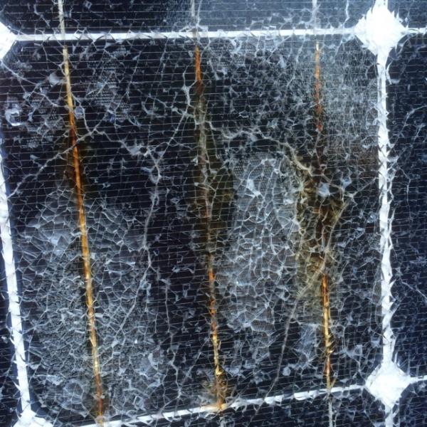 内部が発熱したことが原因でガラスが割れた例